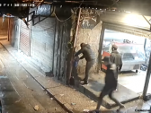 فيديو مروع .. شاهد : لبناني يشعل النيران في نفسه لعدم قدرته على علاج ابنته !