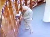 شاهد .. كاميرا مراقبة توثق فضيحة لسفير المكسيك لدى الأرجنتين داخل مكتبة !