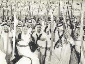 شاهد.. صورة نادرة تجمع الملك سلمان و4 من ملوك السعودية وهم يؤدون العرضة قبل 49 عاما !