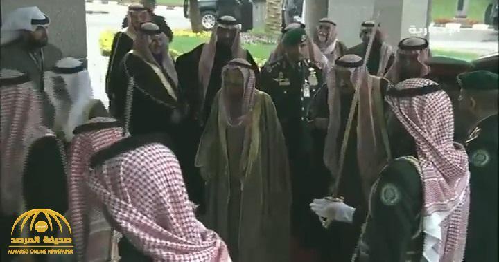 بالفيديو .. لحظة وصول خادم الحرمين إلى قصر الدرعية الذي يحتضن القمة الخليجية 40