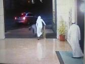 """""""المواطن"""" الذي ظهر في فيديو أثناء محاولة """"فاشلة"""" لسرقته عند باب مسجد.. يكشف ملابسات الواقعة ويحدد مكانها وتوقيتها"""