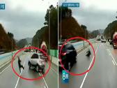 شاهد: أغرب حادث توثقه الكاميرات .. لهذا السبب عرض رجل نفسه للدهس وسط السيارات !