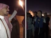 شاهد …  شاب سعودي يثير اعجاب المغردين بعد استقباله لسياح صينيين في موسم الدرعية  !