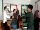 شاهد: طلاب مصريون  يرقصون ويصفقون خلف معلمتهم داخل الفصل!