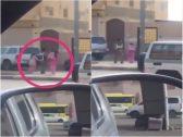 بالفيديو.. شاهد ردة فعل رجل مرور عندما رأى طالبتين عالقتين وسط الطريق بسبب الزحام