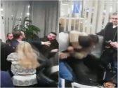 """شاهد.. مشاجرة وتبادل للكمات داخل بنك """"بلوم"""" في لبنان لهذا السبب !"""