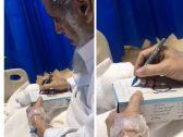 """مواطن يسجل وصيته قبل وفاته بساعات.. وابنه يكشف محتواها : """"أخذ مني القلم وكان يكتب بسرعة على علبة المناديل"""" – فيديو"""