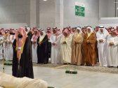 """أمير مكة يؤدي صلاة الميت على الأمير """"متعب بن عبدالعزيز"""" في المسجد الحرام"""