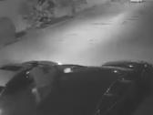 شاهد .. تهشيم زجاج سيارة ونهب محتوياتها ليلاً بأحد أحياء الرياض
