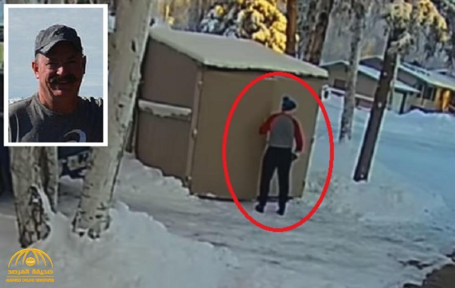 بالفيديو: ذهب ليتخلص من القمامة في الكوخ ففوجئ بمشهد مرعب خلفه !