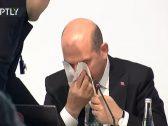 شاهد … وزير الداخلية_التركي ينزف دما خلال كلمته بمؤتمر صحفي على الهواء !