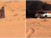 بالفيديو : سبب غريب وراء احتراق سيارة بالكامل في الصحراء .. شاهد .. ردة فعل مالكها!