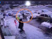 """شاهد بالفيديو : مواطن يطلق النار على آخر أمام سوق الجوالات بـ""""مكة"""""""