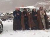 """شاهد: مواطنين يستقبلون الثلوج بـ""""الدحة"""" في تبوك"""