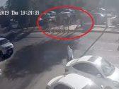 """بالفيديو: سقوط طفل في حفرة مليئة بالمياه في شارع بـ""""بريدة"""" .. شاهد: ردة فعل رجل أمن كان بداخل دورية أمنية"""