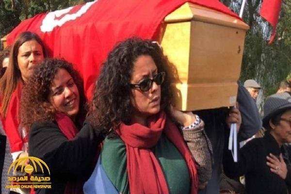 غناء وتصفيق ونساء يحملن النعش.. شاهد: جنازة الناشطة التونسية لينا بن مهني تثير جدلا واسعا