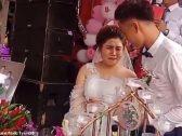 شاهد: عريس يصيب عروسه في عينيها ليلة زفافهما ثم يضحك ساخراً بينما هي تبكي – فيديو