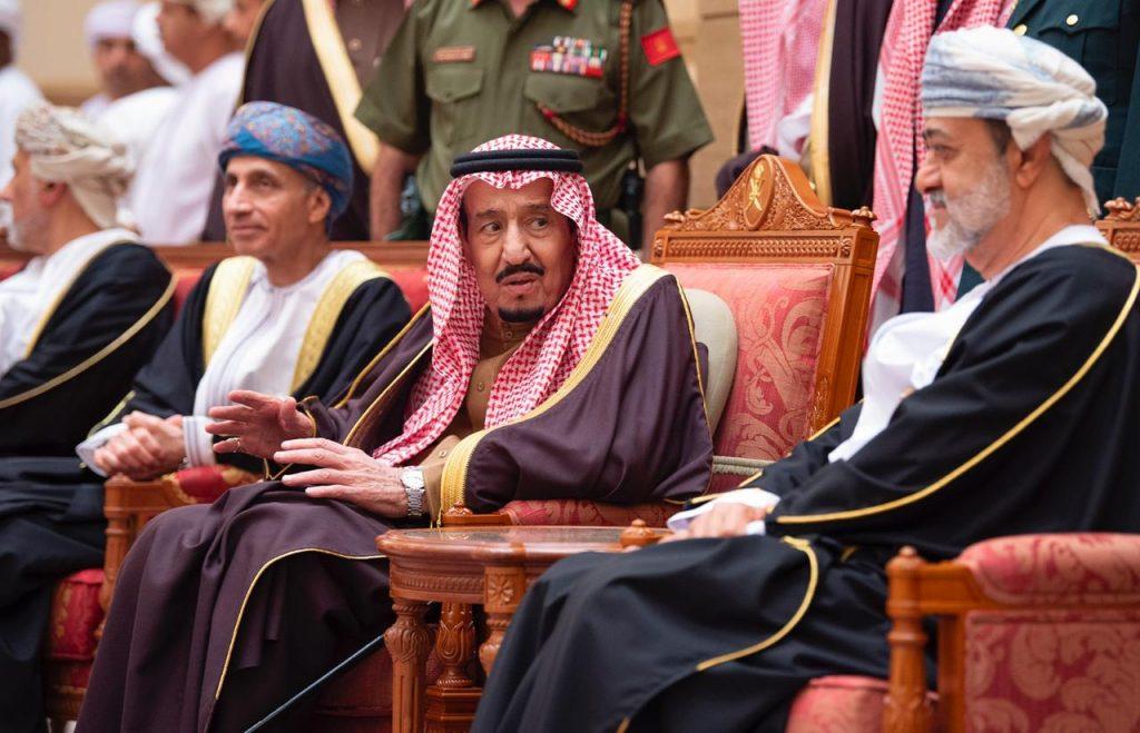 بالفيديو والصور .. خادم الحرمين يقدم واجب العزاء في وفاة السلطان قابوس