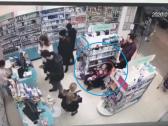"""شاهد …  """"طفلة العربة"""" تسرق محلا تجاريا بمساعدة والديها بحيلة غريبة … وكاميرات المراقبة تفضحهم!"""