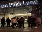 شاهد : مشاجرة عنيفة وتبادل لكمات بين شبان خليجيين في لندن