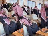 """شاهد .. كيف رد أمير الحدود الشمالية على والده الأمير خالد بن سلطان بعدما مازحه قائلاً : """"جبت البرد معك"""" ؟"""