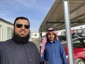 """رجل أعمال يفاجئ شاب سعودي يعمل """"كابتن"""" في أوبر بعد أن أخبره بمؤهله خلال توصيله !"""