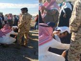 """شاهد .. لحظة انهيار الفنان البحريني خليل الرميثي في جنازة زميله """"علي الغرير"""""""