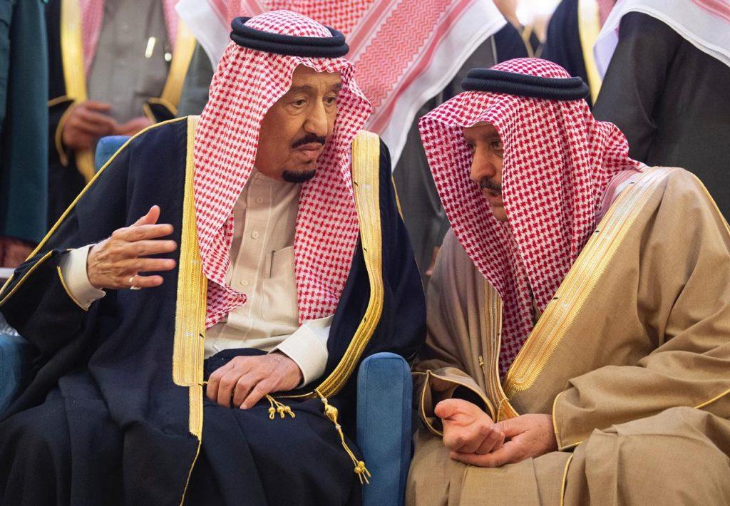 بالصور .. خادم الحرمين يؤدي صلاة الميت على الأمير بندر بن محمد