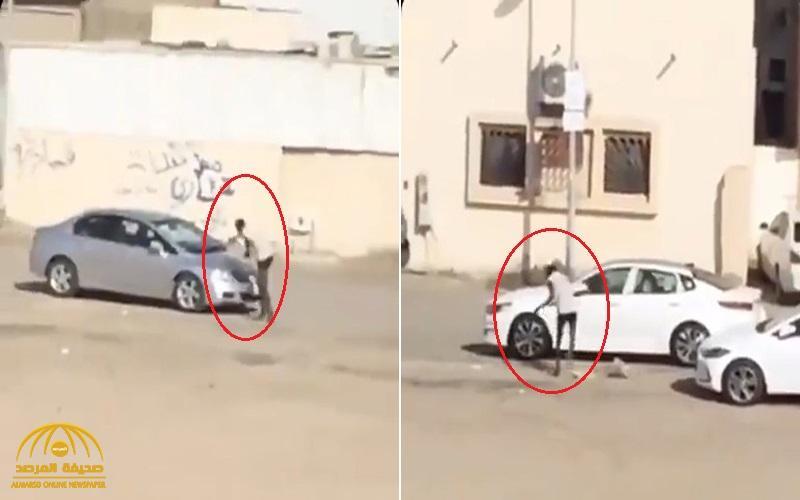شاهد .. مواطن يهشم السيارات في حي الروابي بجدة بالحجارة