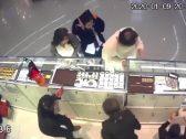 """جريمة مروعة .. شاهد : """"مقنع"""" يقتل 3 زبائن  بينهم طفل في سطو مسلح على محل مجوهرات"""
