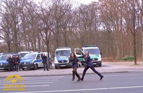 شاهد .. حارس أردوغان يعتدي على امرأة تظاهرت ضد الرئيس التركي في برلين