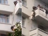 من ارتفاع ٥٠ قدمًا عن الأرض .. شاهد : مسنة تجازف بحياة حفيدها لإنقاذ قطتها وتسقطه من شرفة المنزل
