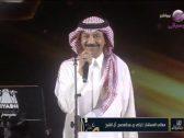 """بالفيديو .. آل الشيخ يفاجئ عبادي الجوهر على المسرح بقصة ليلة خطوبته وكيف أفسدها """"الجن"""" !"""