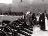 شاهد : صورة نادرة للملك عبدالعزيز وهو يتفقد المدافع فوق قصر الحكم .. والكشف عن تاريخ التقاطها