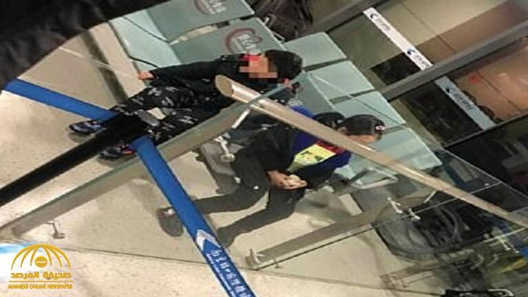 خوفاً من شبح كورونا .. ردة فعل صادمة من أم وأب تجاه طفليهما في مطار صيني !