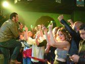 """بالصور:  شاهد الفنان """"إيهاب توفيق"""" يغني ويرقص  في ملهى ليلي بعد أيام من وفاة والده في حريق !"""