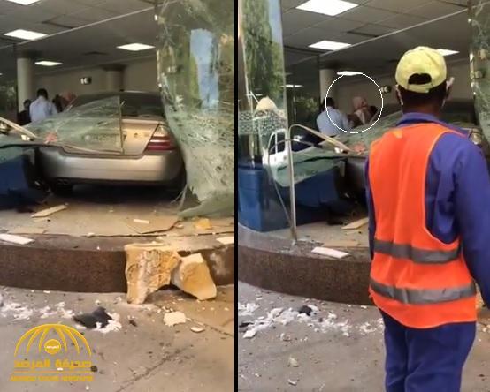 """شاهد.. مسن يقتحم بمركبته بوابة مستشفى """"أرامكو"""" بالظهران"""