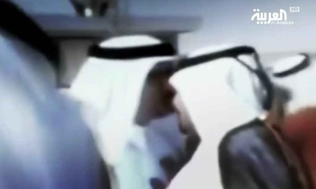 """شاهد …""""أبناء الدوحة""""  فيلم وثائقي يكشف كيف انقلب """"حمد"""" على والده أمير قطر بعد ساعات من وداعه في  المطار !"""