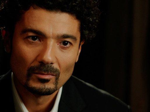 """نقل الفنان المصري """"خالد النبوي"""" للمستشفى .. وزوجته: """"خالد تعبان أوي أرجوكم تدعولو""""!"""