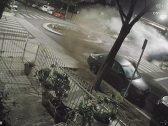 شاهد … سيدة تقود سيارتها بسرعة جنونية داخل حي سكني وفجأة حدثت الكارثة  !