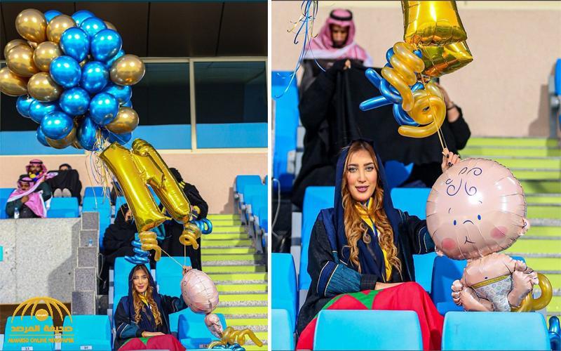 شاهد .. مودل مغربية تدعم النصر بالبالونات في المدرجات