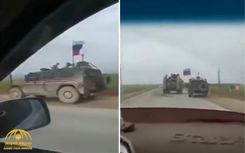 شاهد .. ردة فعل سائق لناقلة جنود أمريكية ضخمة تفاجأ بمدرعة روسية صغيرة حاولت تجاوزه في سوريا !