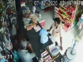 شاهد : لحظة اقتحام مركبة لمتجر في العيدابي بجازان .. وهذا ما حدث لشخصين كانا بداخله