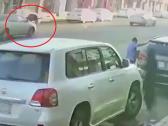 شاهد.. سيارة مسرعة تدهس سيدة وتطيرها في الهواء أثناء عبورها الطريق في ينبع !