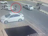 شاهد …كاميرا محل توثق لحظة هروب جناة بعد تنفيذهم لجريمة قتل في حائل