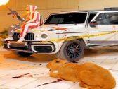 شاهد .. فيديو غريب لشاب يطلق النار وبجواره أسد وسيارة مليئة بالأسلحة ملطخة بالدماء في الرياض