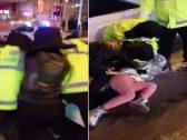 """التوتر في الصين يصل ذروته بسبب """"كورونا"""".. شاهد : تعنيف امرأة ثانية وإخراجها بالقوة من مركبتها"""