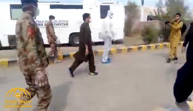 """شاهد : كيف تم التعامل مع باكستاني مصاب بـ """"كورونا"""" قادماً من إيران !"""