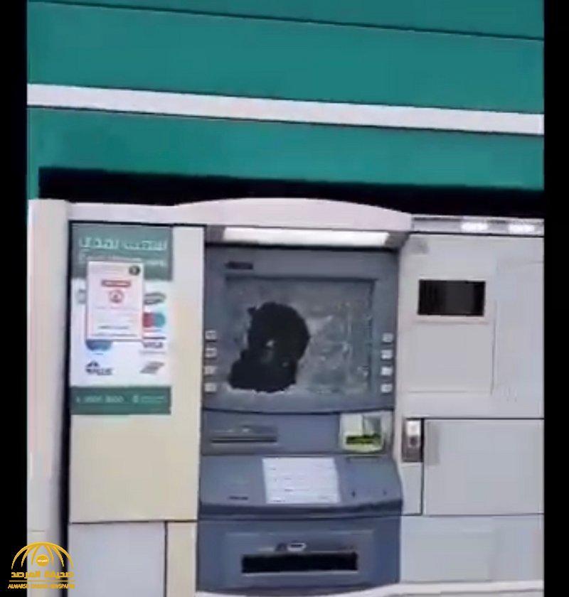 بعد تحطيم ماكينات صراف آلي بجازان … الشرطة تلقي القبض على المتهم وتكشف عن هويته !