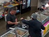 """شاهد: لص حاول السطو على محل """"آيس كريم"""" في تكساس .. وفجأة حدث ما لم يتوقعه !"""